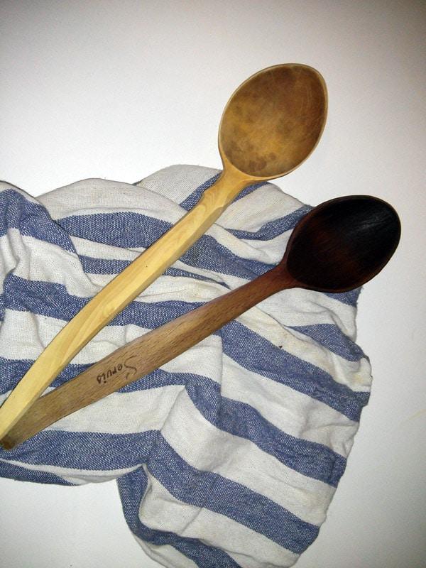 Muhtemelen evinizde bulunan yoksa da pazardan ya da marketten temin edebileceğiniz bir tahta kaşık