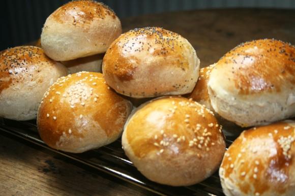 Üzerleri susamla süslenmiş kefirli roll ekmekleri